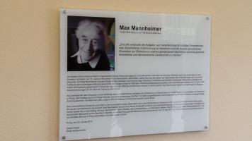 Großaufnahme der Gedenktafel im Eingangsbereich des Max-Mannheimer-Bürgerhauses