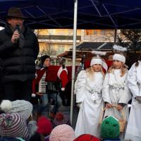 Bürgermeister Albert Hingerl mit seinen 4 Engerln bei der Eröffnung des Poinger Christkindlmarkts 2018
