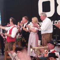 Feierlicher Anstich durch Bürgermeister Albert Hingerl am Poinger Volksfest