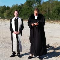 Poings neuer katholischer Pfarrer Philipp Werner und Pfarrer Michael Simonsen segneten das zukünftige Wohngebiet