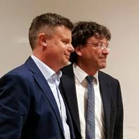 Reinhard Tonollo (links) nach seiner Vereidigung als Gemeinderat zusammen mit Bürgermeister Albert Hingerl