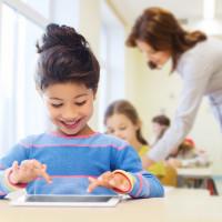 Schülerin nutzt begeistert Ihren Tabletcomputer