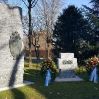 Kriegerdenkmal am neuen Standort im Gemeindefriedhof